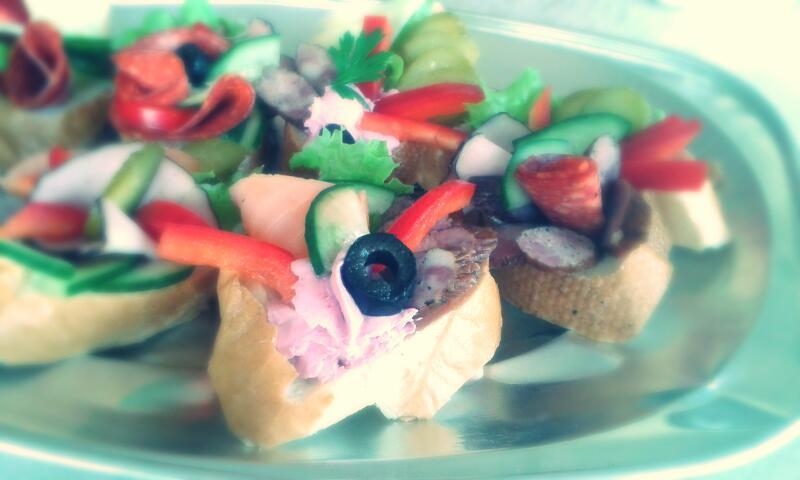 Oferujemy również usługi cateringowe na terenie Bielska-Białej i okolic.Obsługa gastronomiczna imprez, bankietów oraz konferencji.